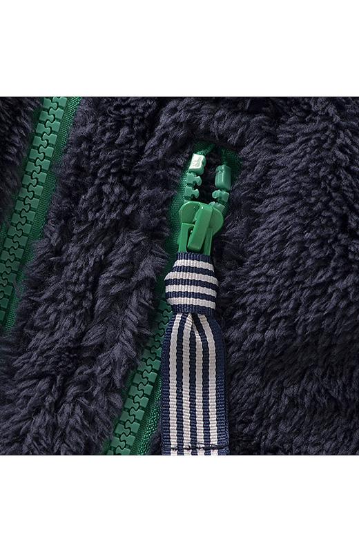 胸の飾りポケットの、ファスナーの引き手にはストライプのテープを配してデザインポイントに。