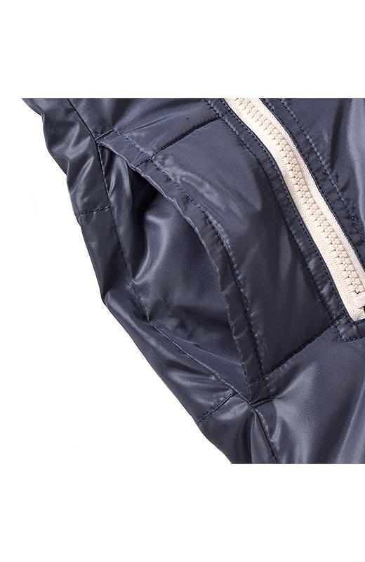 配色ファスナーのポケットのわきに、スラッシュポケットがあって便利。