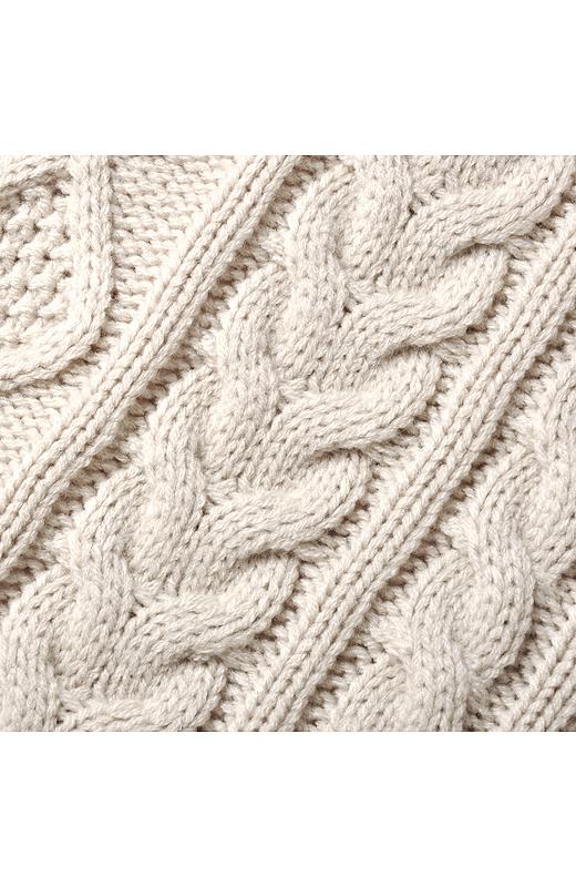 縦ラインを強調するケーブル編みに加え、両サイドや袖の内側にかのこ編みをミックスした編み地でスマート効果がさらにアップ。