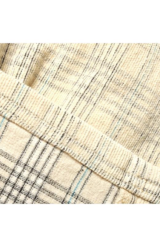 生地をチェックに織り上げた後、ホワイティッシュなベースカラーのみを毛羽立たせる繊細な加工をほどこすことで、霧が立ちこめるようなフォギーチェックを実現。やさしいチェック柄にトレンド感がたっぷりです。