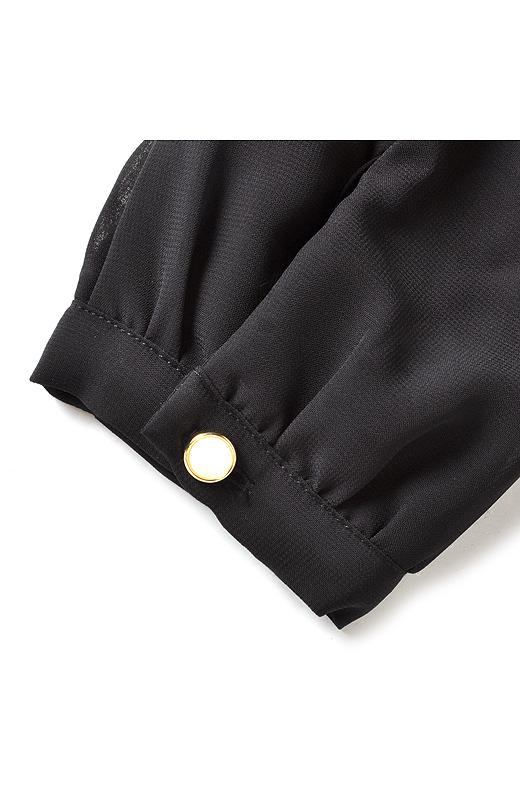袖にはビジューなボタンがキラリ。