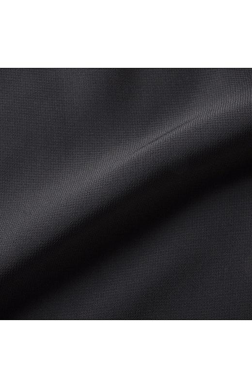 前身ごろと袖の表面はきれいな落ち感のあるシフォン素材。