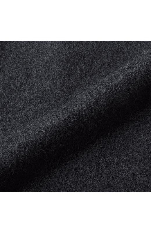 身ごろと袖の肌にふれる部分は、厚手の裏起毛カットソー素材。ジャケットインも一枚でOK!