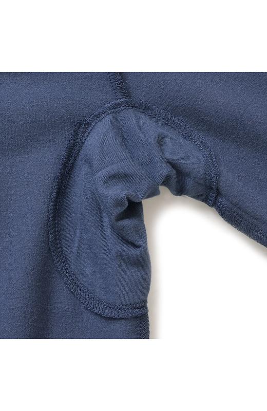 重ね着で、わき汗問題を解消してくれるパッド。ニットコーデもさわやかに。