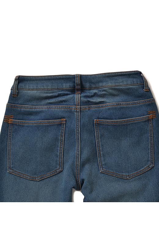 Back ヨークの切り替えやポケットなど、バックスタイルにもしっかりこだわっています。