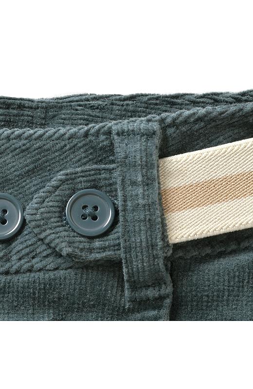 サイドにあしらった配色のゴムベルトで、サイズの微調整もOK。