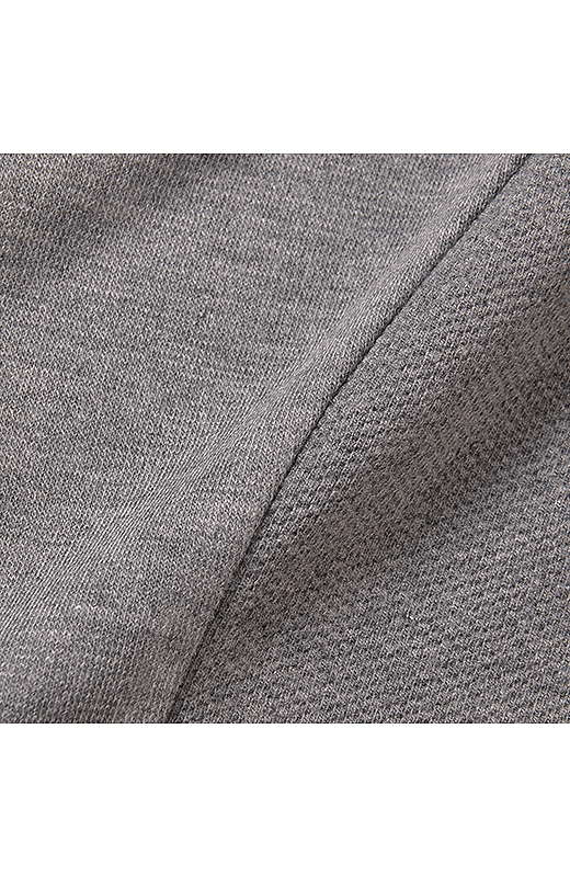編み目が詰まったポンチ生地と変わり編み、2種類の同系色カットソーを組み合わせて、表情に繊細な奥行きを持たせました。