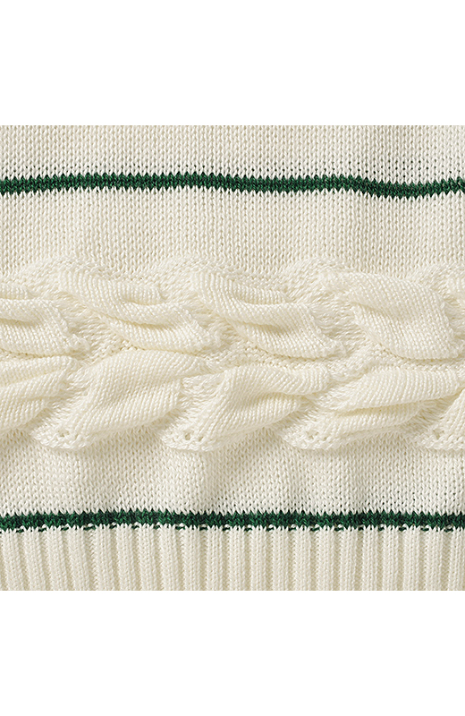 すそと袖に入った編み柄でシンプルニットに、ひとあじプラス。