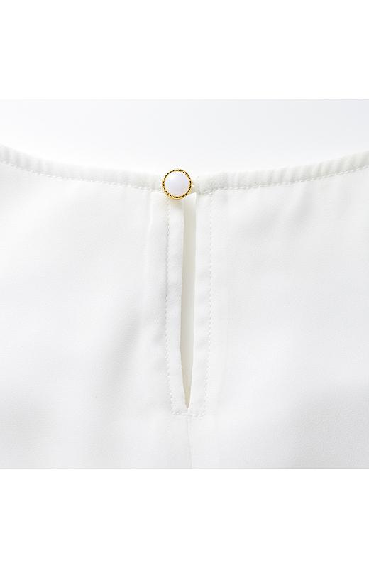 back 女性らしいスリット開きに、キラッとパール調ボタンでかわいく。