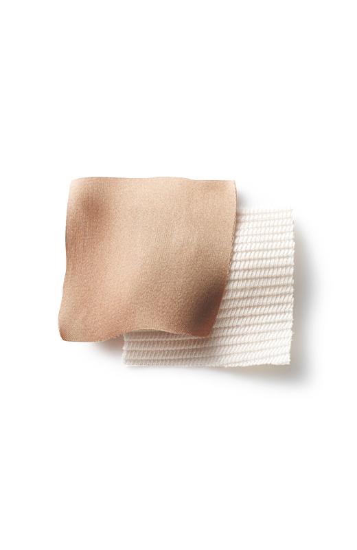 凸凹感のあるリップル素材に、ツヤ感のある配色サテン。