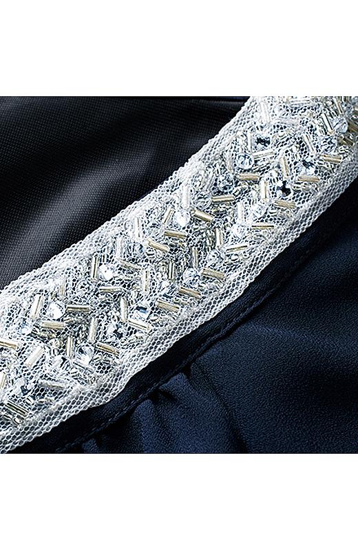 胸もとのキラキラは、チュールレースにビジューやラインストーンを刺しゅうしたオリジナルデザイン。