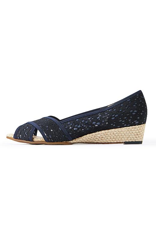 日本人に合わせた足木型を使用。足入れがよく、素足でも快適な工夫が満載。安定感のあるウェッジヒール。らくちんで美脚に見えるヒール高です。