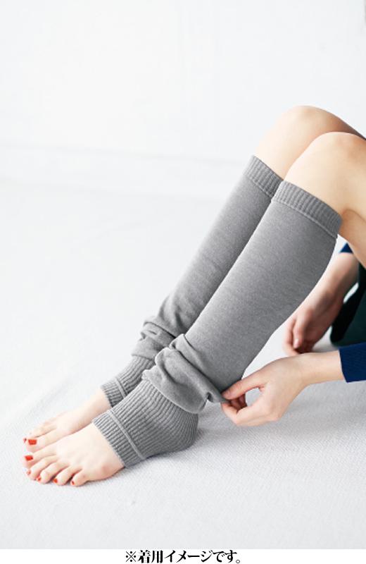 リブ編み部分をかかとに引っ掛けて着用。動きやすさ抜群。