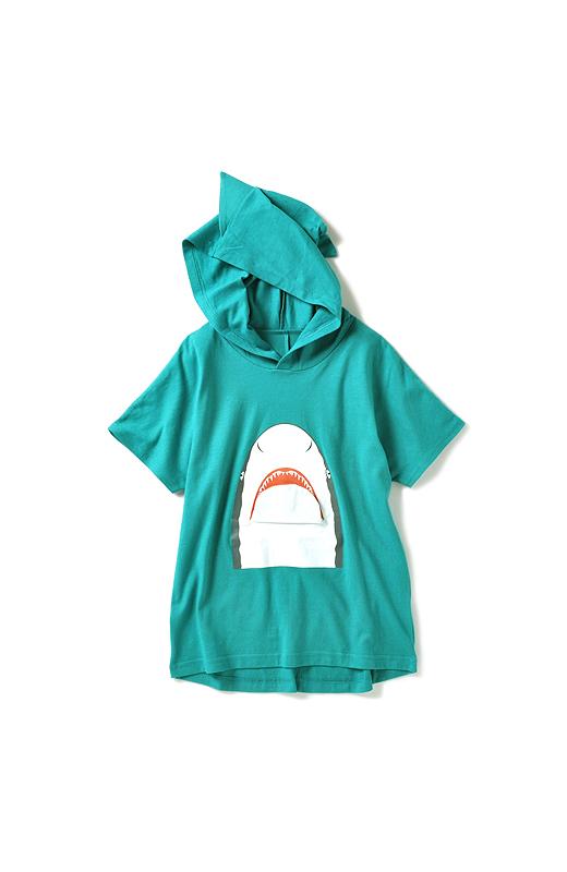 日よけにもお役立ちなフードには、本物のサメにならって立体ヒレがふたつ。後ろのすそがおしゃれなラウンドタイプ。パンツはもちろん、スカートにも相性よし!