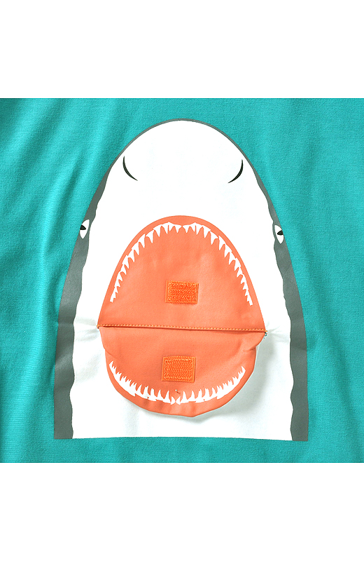 面テープで口を開け閉め。目や鼻、歯の形もサメごとに違うよ。