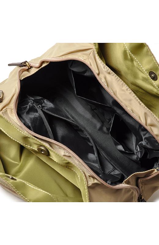 間仕切り&ファスナーポケットで持ち物をきれいに整理。