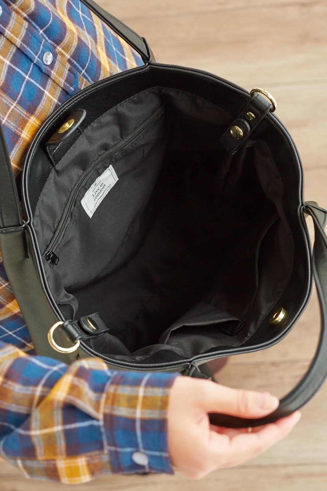 仕切りポケットが2つ、ファスナーポケットが1つ。間口はマグネット仕様で使いやすい。