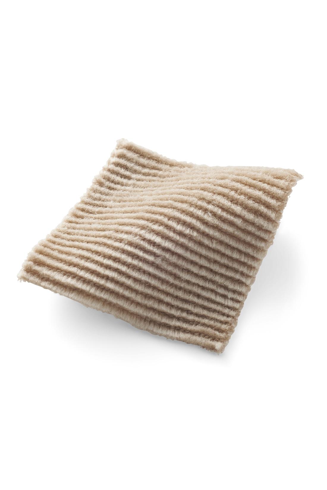 光沢感がきれいな細うねカットソーコーデュロイは、まだ暑さが残る時期にもぴったり。おうちで洗えるから淡いカラーも気兼ねなく着られます。