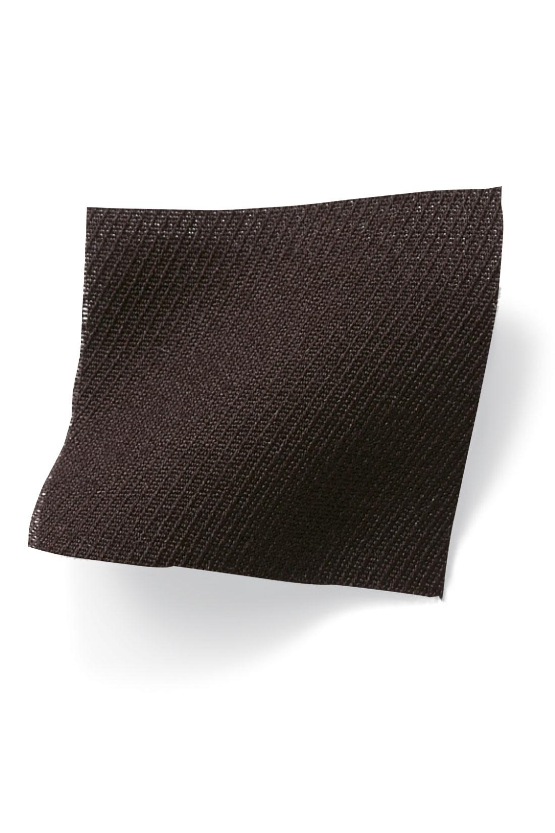 レーヨン混の軽やかで落ち感のある布はく素材。