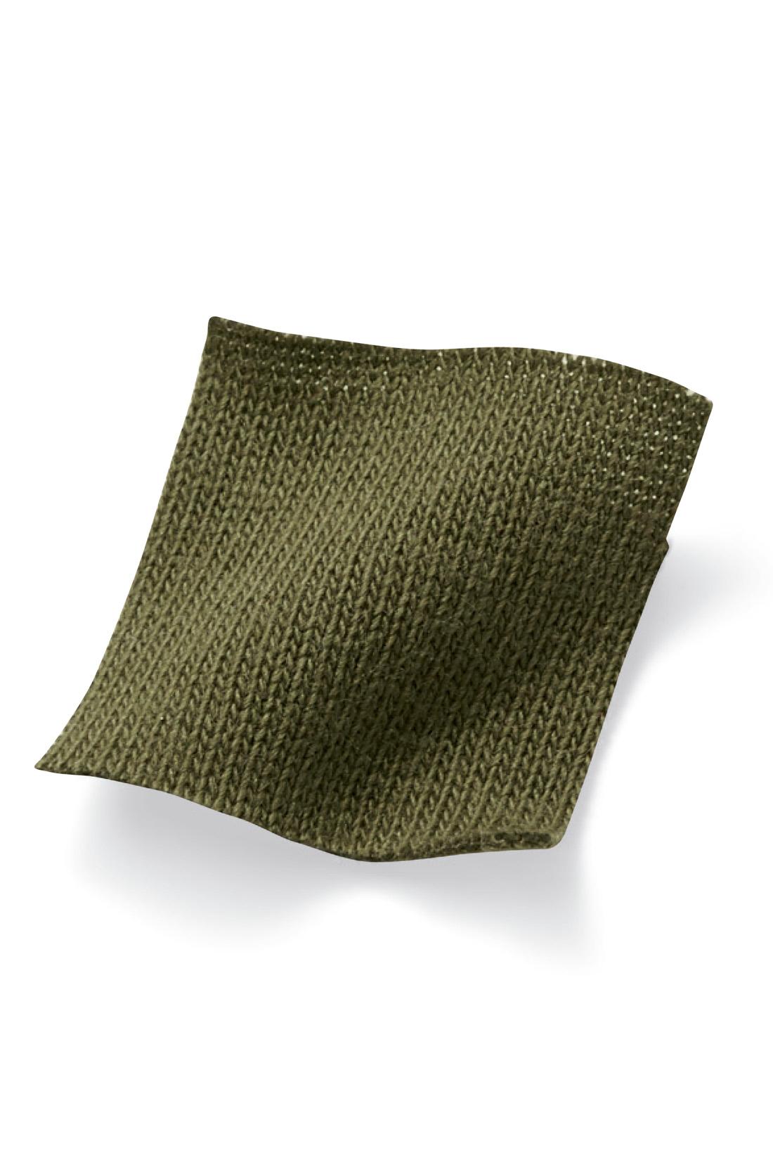 秋口に汗ばむ素肌にも心地いい、カラリとした綿混カットソー素材。※お届けするカラーとは異なります。