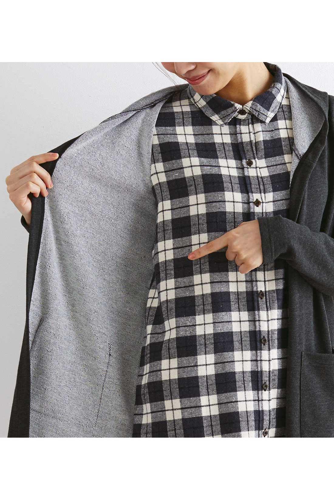 前身ごろのみシャツとパーカーがくっついた2枚仕立て。