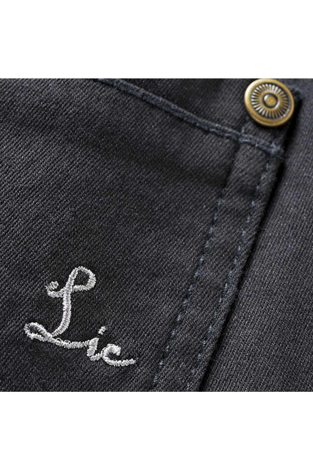 バックポケットに刺繍のアクセント。※お届けするカラーとは異なります。