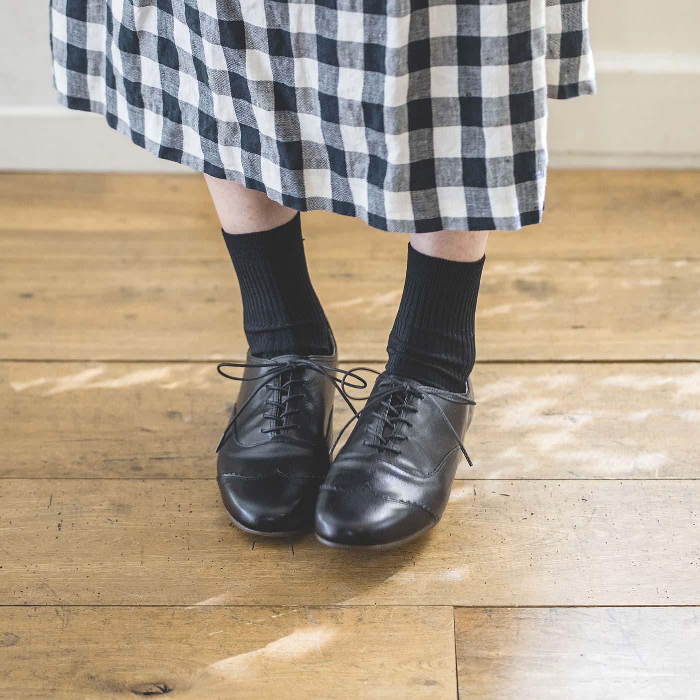 黒×本革のコンビネーション。コーデの仕上げに「さぁ靴はどれにしよう?」……そんなときについ選んでしまうような、どんな着こなしにもしっくり似合うオールマイティーなブラックです。