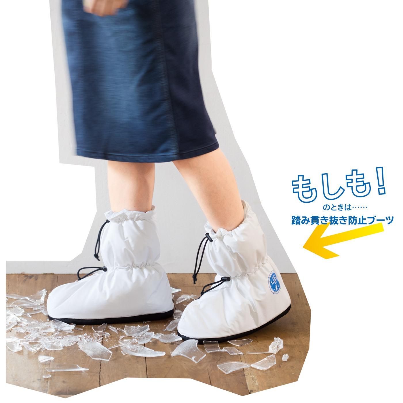 オフィスの防寒対策にぴったりのブーツは、JIS規格の底材を使った踏み貫き防止ブーツ。万が一、ガラスの破片などが床に散らばっていても、これを履けば安心です。足首までカバーしているので、裸足やスカートなど足もとが無防備な場合に、危険物が直接当たるのを防ぎます。履き口はひもで調節できて、足が小さくても脱げる心配なし !