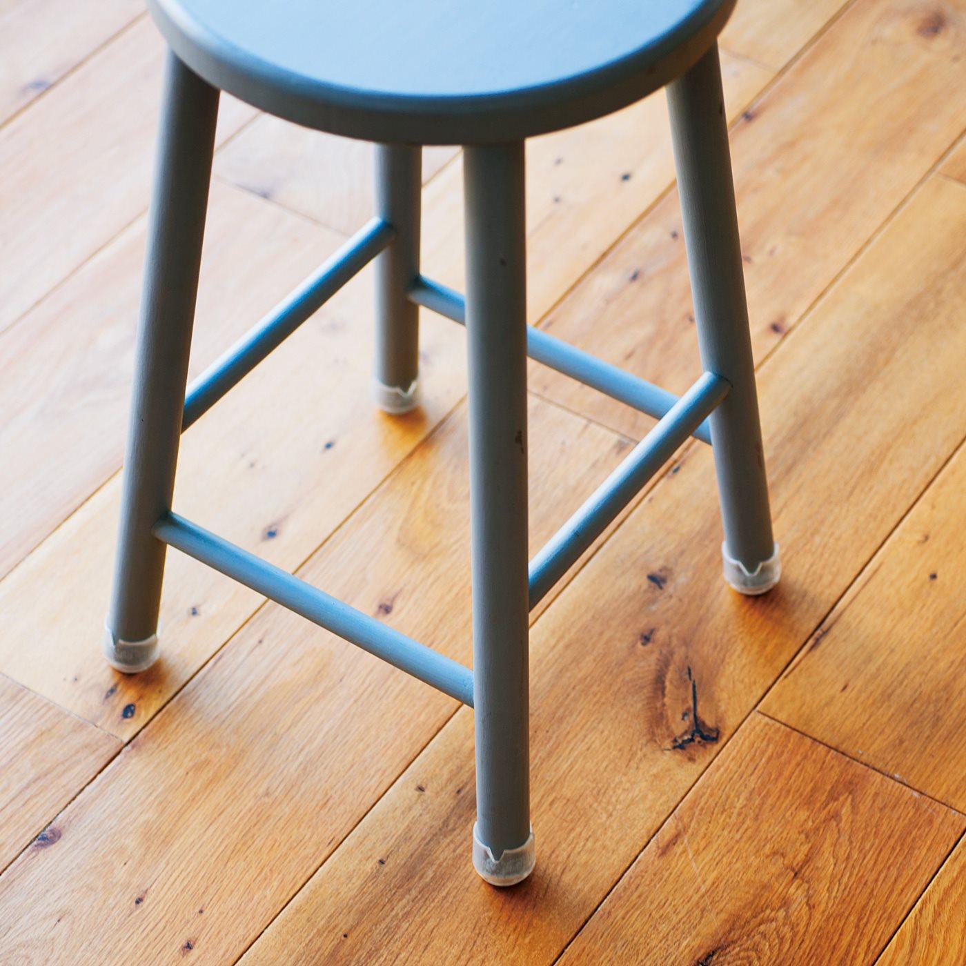 透明だから色付きのいすでもさりげなく……。