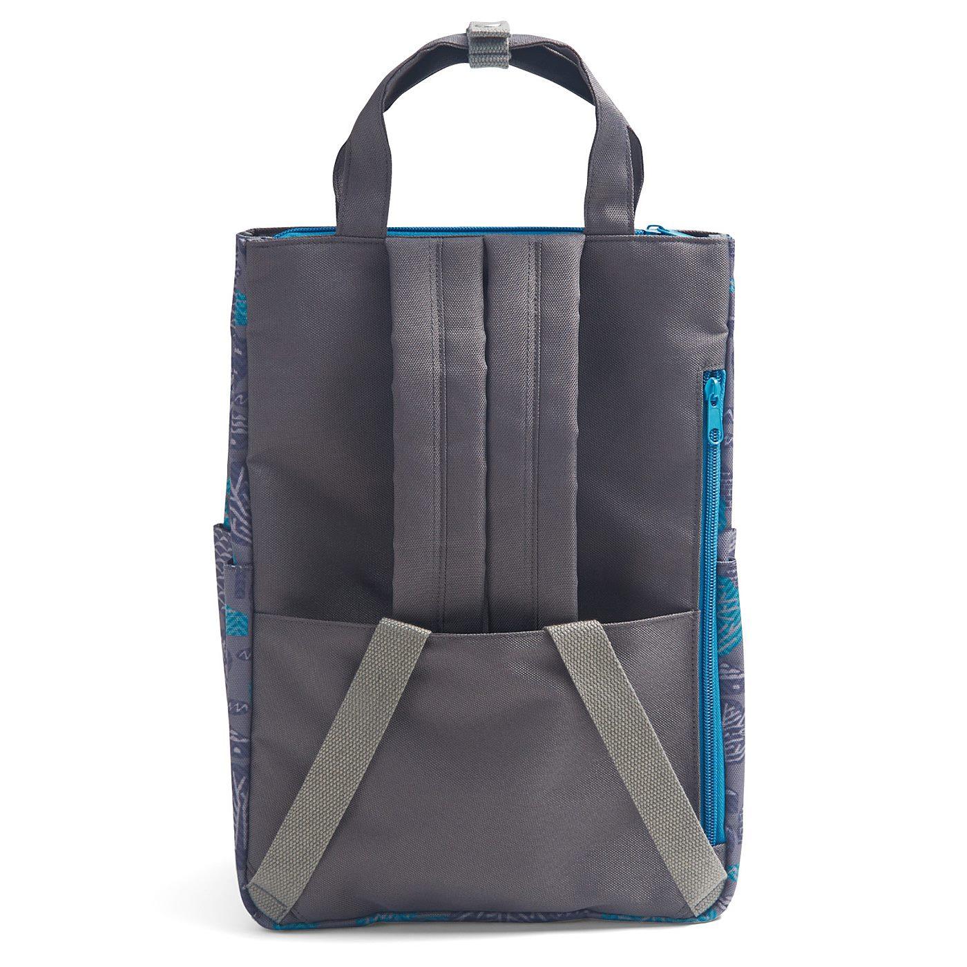 トートバッグとして手持ちする際は、背面のポケットにショルダーストラップをしまえてストラップが地面にすりません。