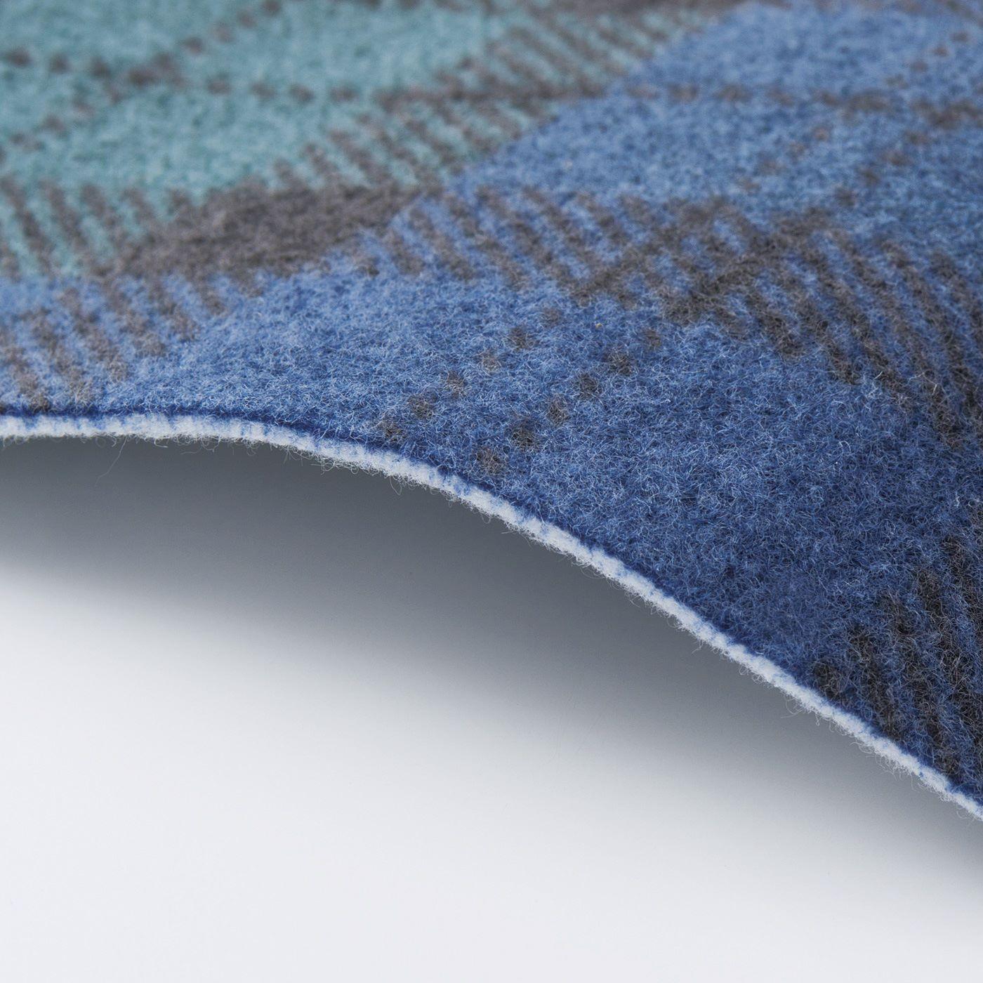厚さ約2mmの不織布にブラックウォッチ柄をプリント。