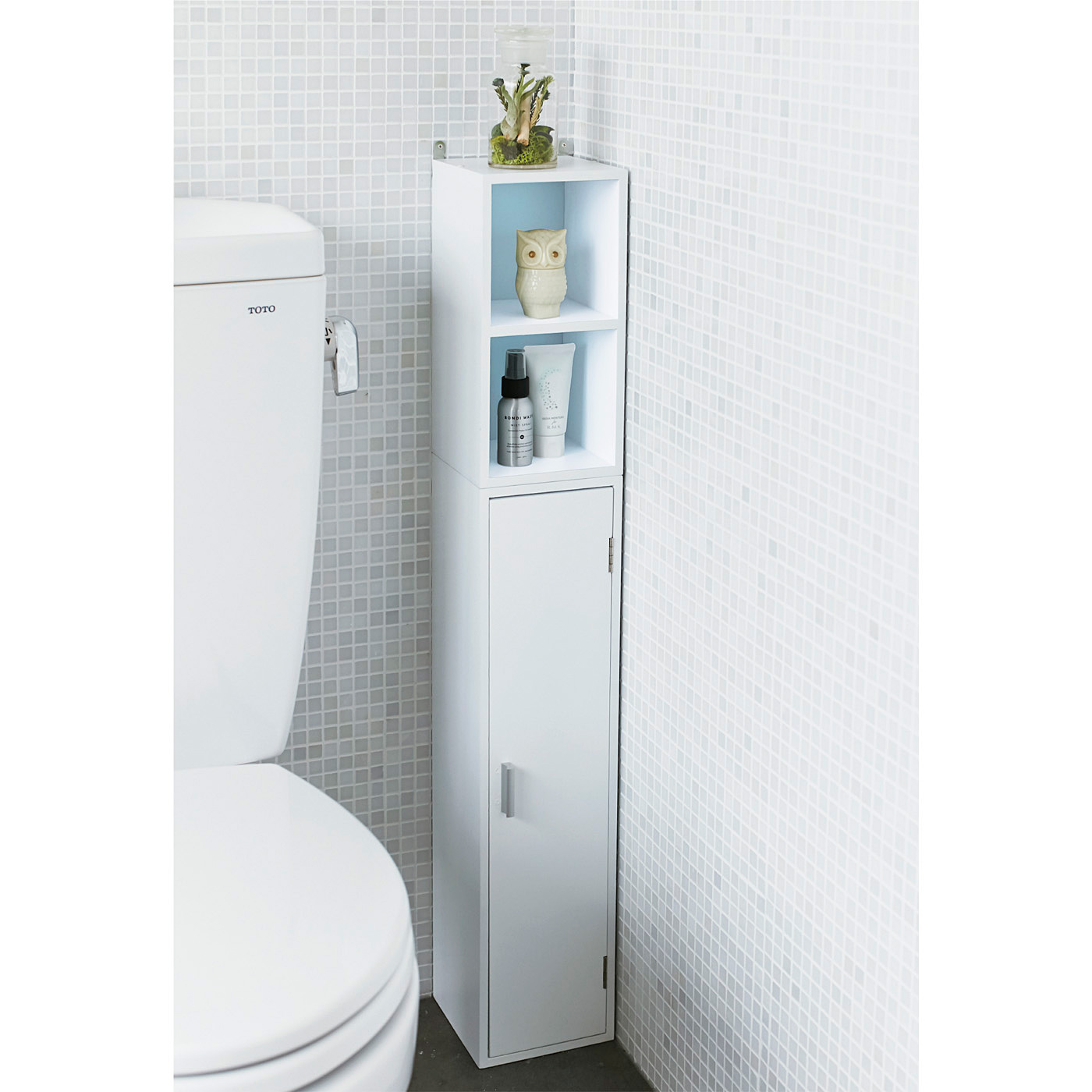 トールとショートを重ね合わせて個室の一角に設置すれば、縦長のコンパクト収納にも。