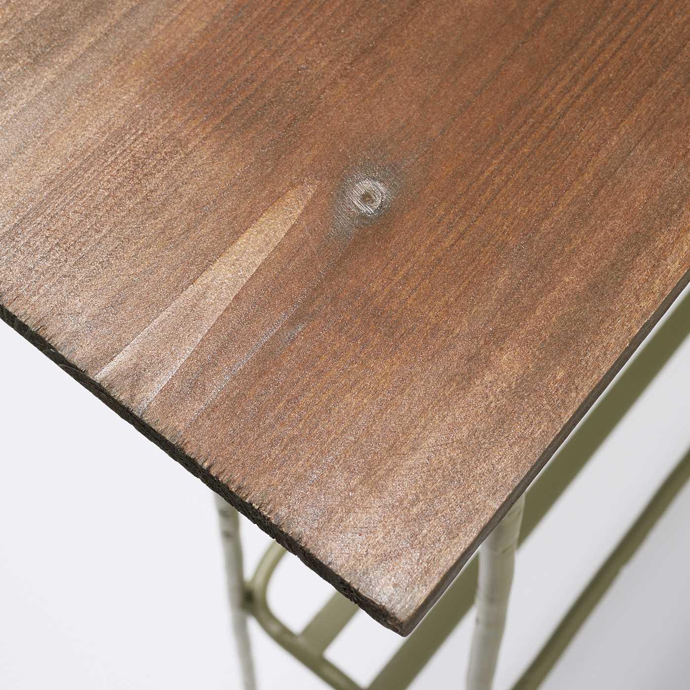 天然木の天板は木目が雰囲気抜群!