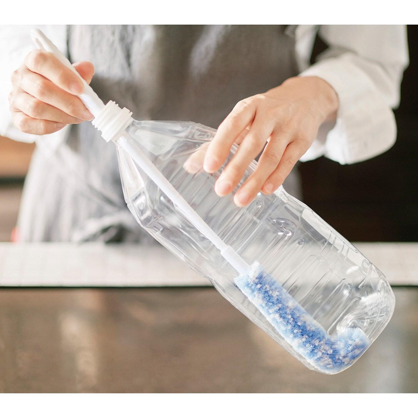長いハンドルで2Lのペットボトルもらくに洗える
