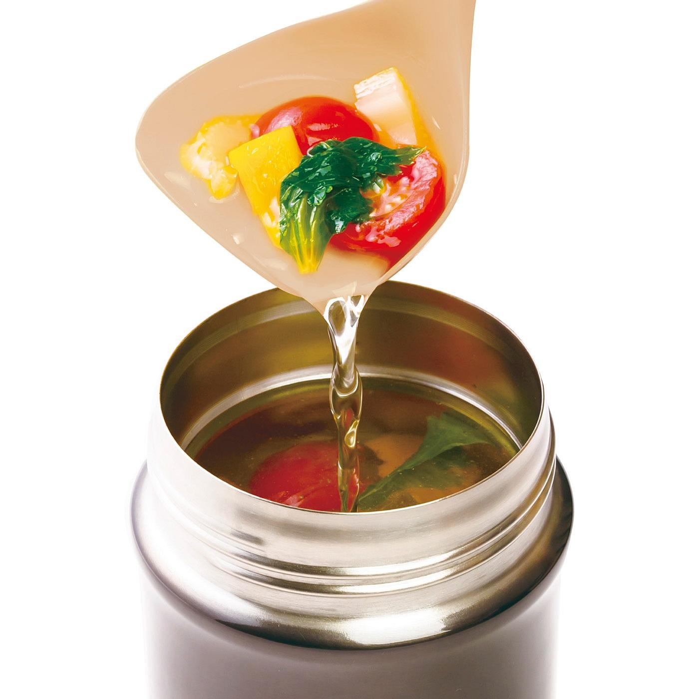 コンパクト設計で口の狭いスープジャーにも注ぎやすい。