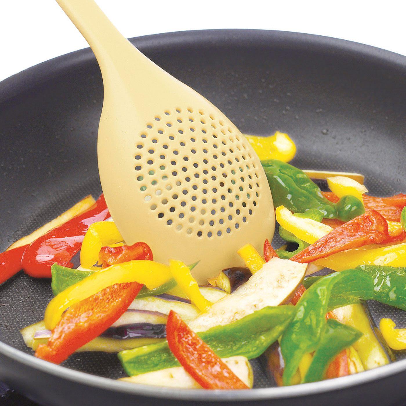食材をいためやすいスプーン形状。フライパンが傷つきにくいナイロン製。