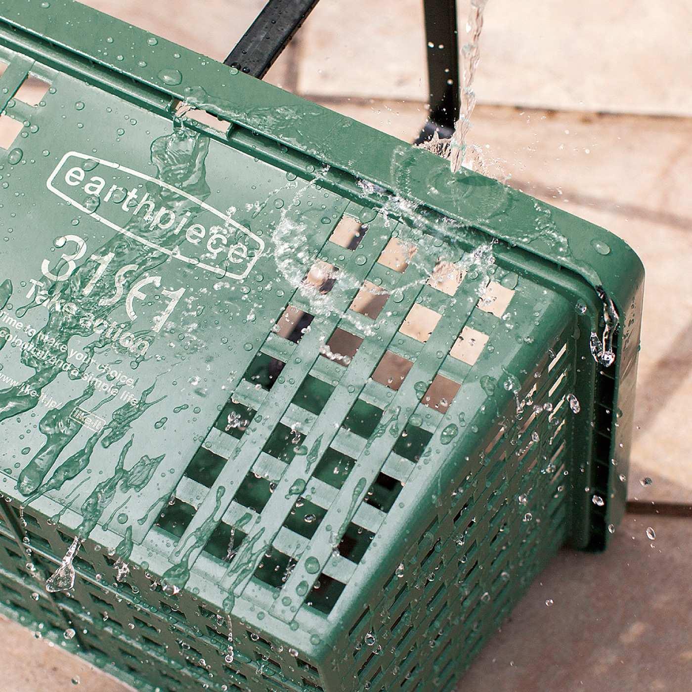 汚れても丸洗いできる樹脂製。キャンプなどアウトドアでの使用も便利。