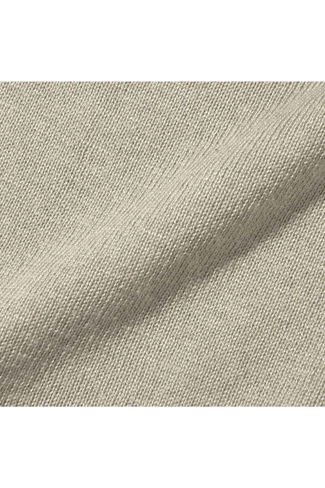 シャツもニットもさらりとしたきれいめ素材で、ロングシーズン快適。