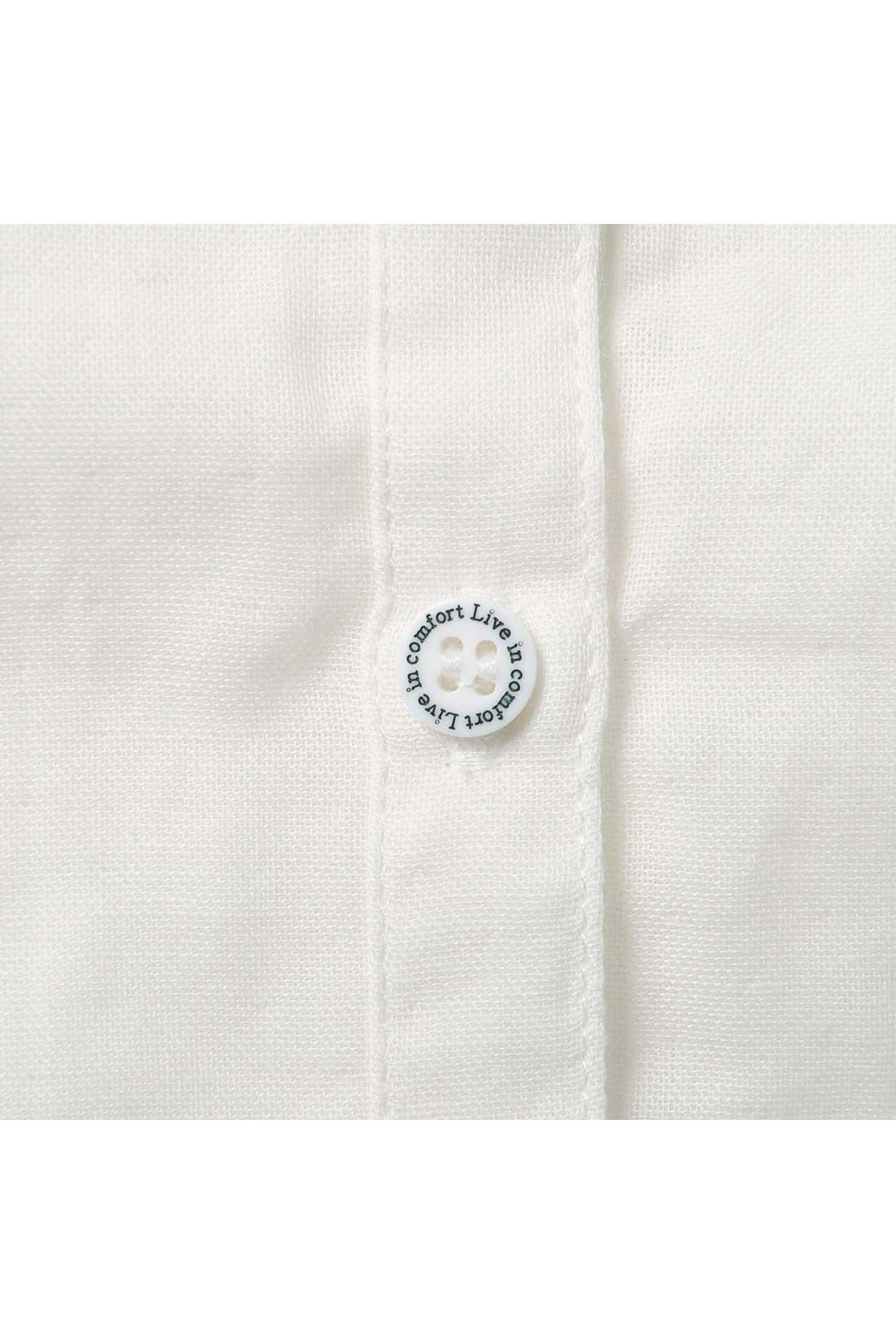 ブランドロゴ入りのさわやかな白ボタンもさりげなくおしゃれ。