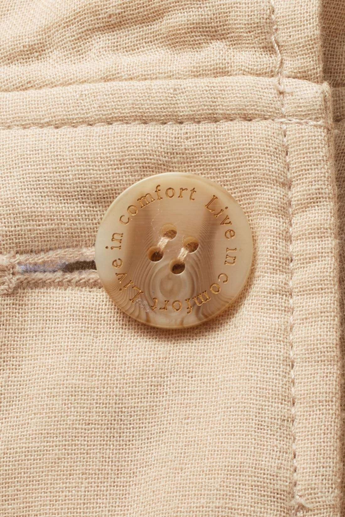 ロゴを刻印した第一ボタンがさりげないポイント。