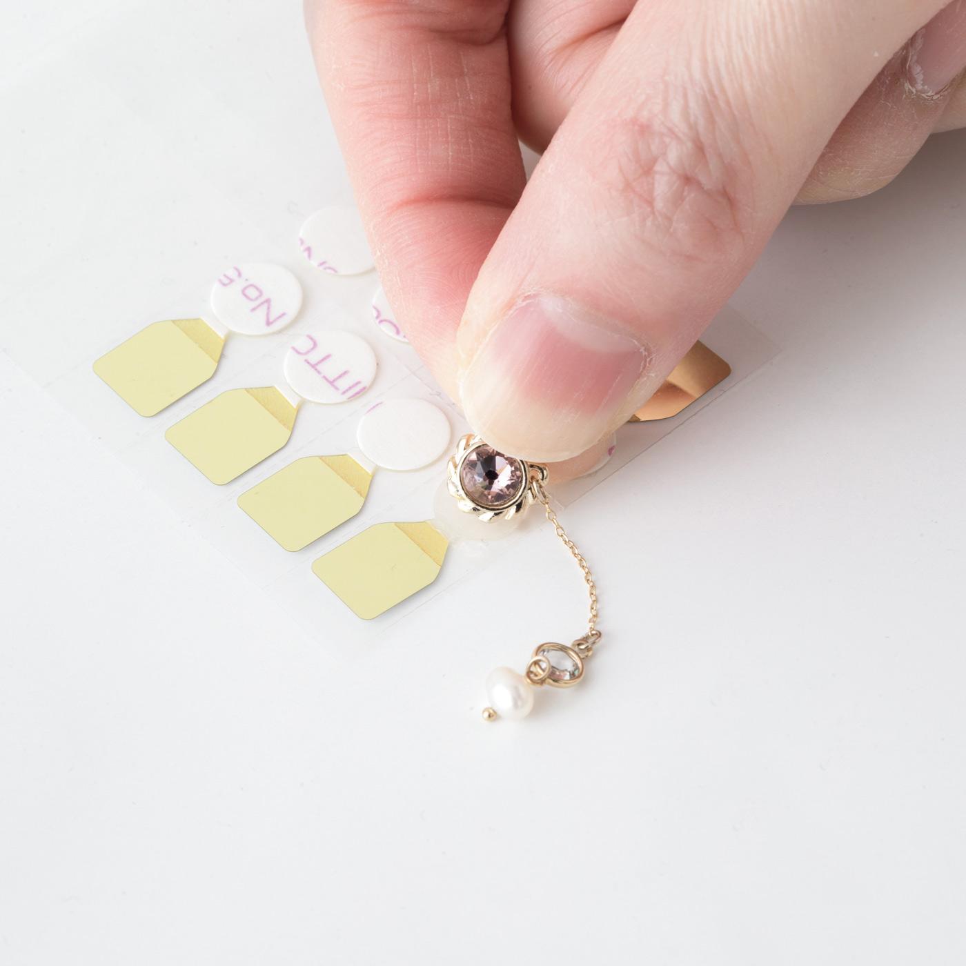 「貼るスウィングイヤリング」専用のリフィルテープ。モチーフの裏側に貼り、耳たぶに直接着けられます。