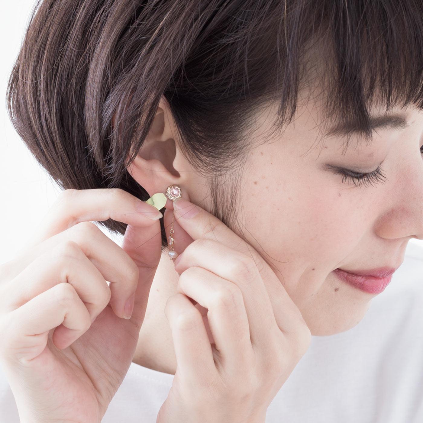【STEP 3】粘着部分を耳たぶに押しつけて固定し、持ち手部分を引っ張ってちぎります。