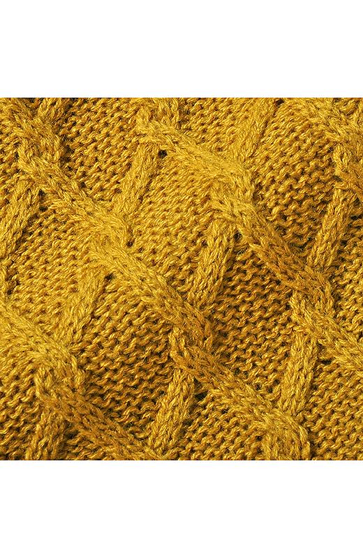 ウール混の糸を立体的に編み込んでいます。