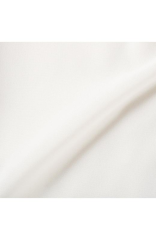 前身頃と袖の表面感はきれいな落ち感のあるシフォン素材。