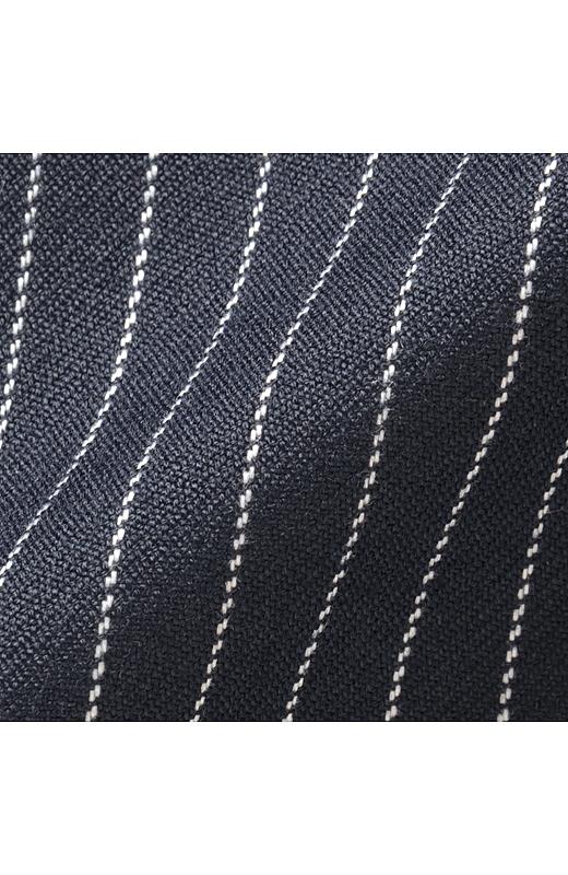 きれいめ素材で、ピンストライプの織り柄がスタイリッシュ。