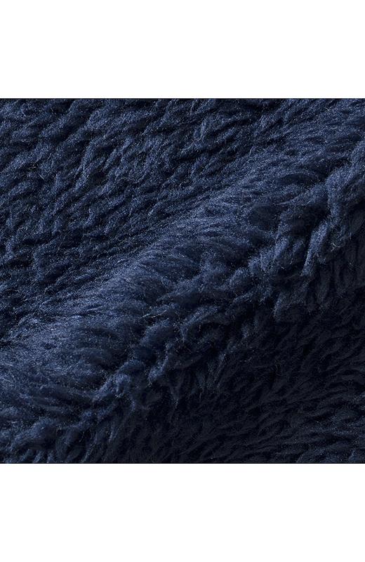 裏に付けたボアは、編み地と同系色。フードからチラ見えしても、カジュアルな印象にならず、シックに大人っぽく着こなせます。