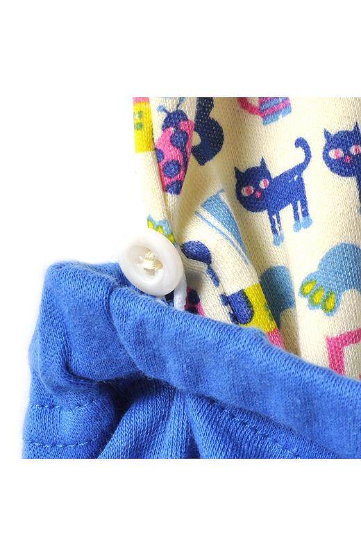 両サイドには、パンツを留めるボタン付き。おなかが出にくいからママも安心です。