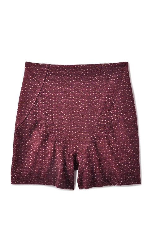 ボトムスにひびきにくい薄手のパワーネットを裏打ちで、ぽっこり下腹をフラットに。綿混クロッチ付きだから、ショーツの重ねばきは不要。ミニスカートもはける丈感で、おしゃれの幅が広がりそう。