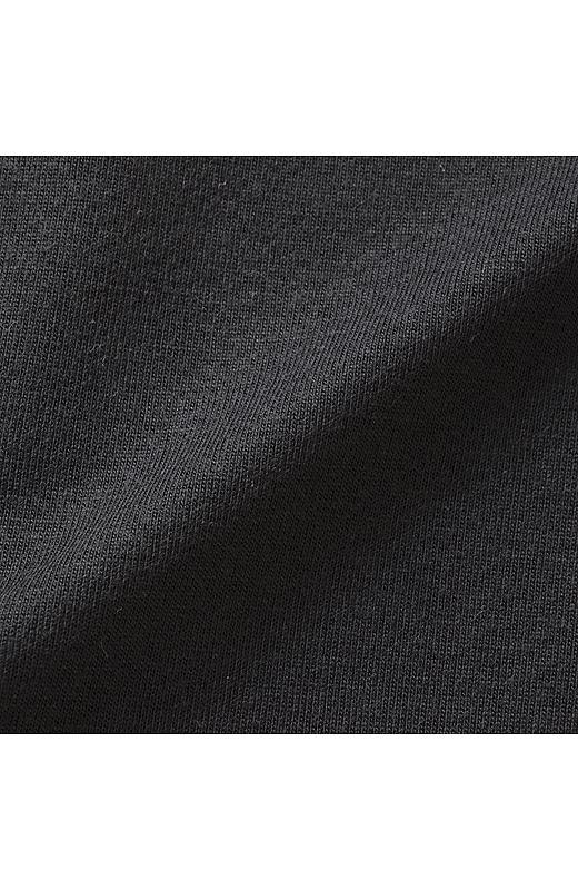 伸びやかなカットソー素材でTシャツ級の心地よさ。