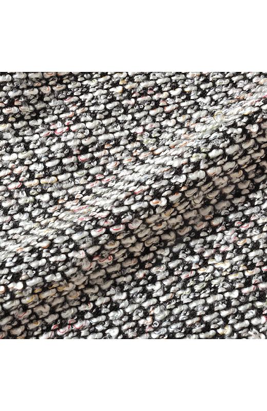 ミックスツイード調に編み立てたニットだから、しわが気になりにくく、軽い着心地。